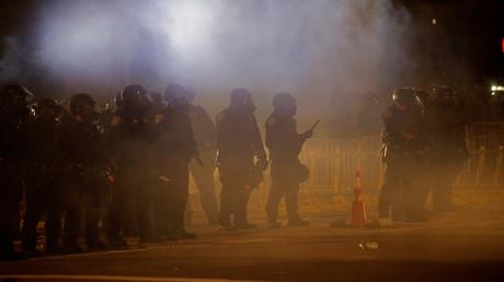 Polizeibeamte in Schutzkleidung während einer Protestaktion gegen den Tod eines Schwarzen, Daniel Prude. Das Bild wurde am 5. September 2020 in New York, USA, aufgenommen.