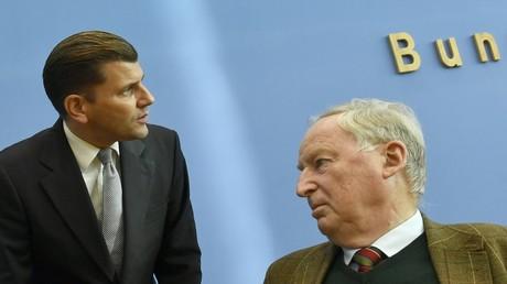Das Foto vom 28. Oktober 2019 zeigt den damaligen Ko-Vorsitzenden der AfD Alexander Gauland (R) und den damaligen AfD-Sprecher Christian Lüth während einer Pressekonferenz in Berlin.