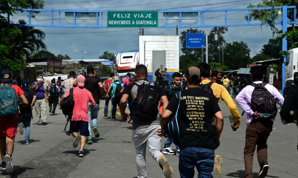 Mehr als 3.000 Migranten aus Honduras überqueren illegal Grenze zu Guatemala auf dem Weg in die USA