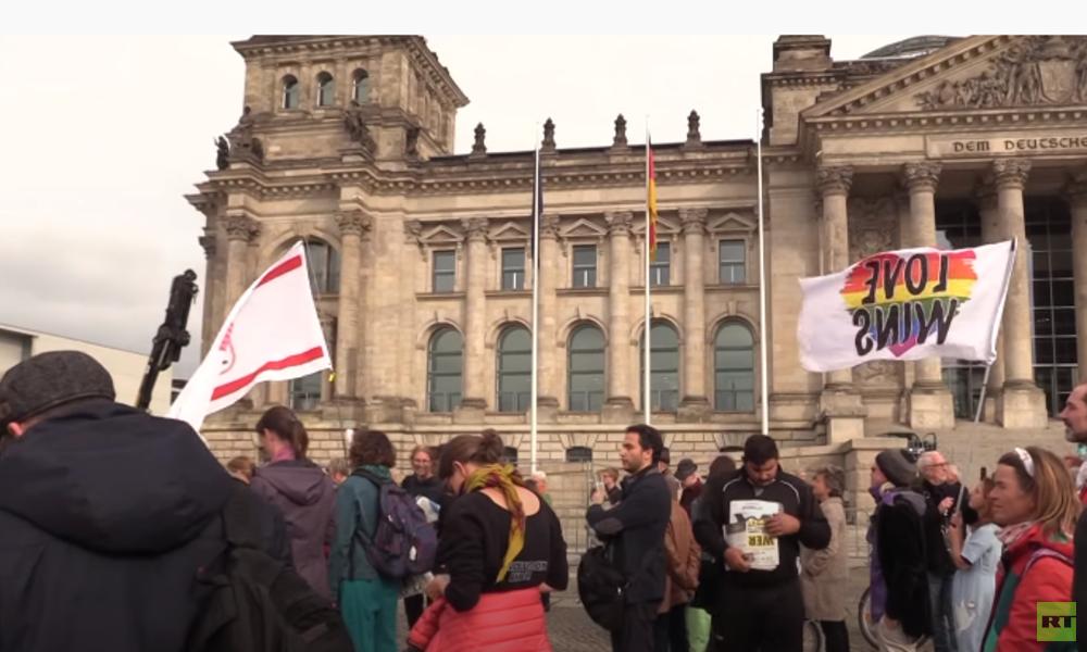 Berlin: Hunderte Corona-Skeptiker protestieren vor Bundestag