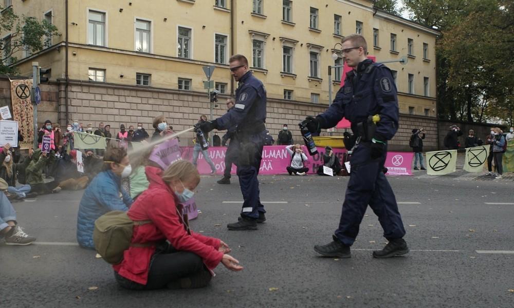 """""""Schande über dich, Finnland!"""" Polizei in Helsinki setzt Pfefferspray gegen sitzende Protestler ein"""