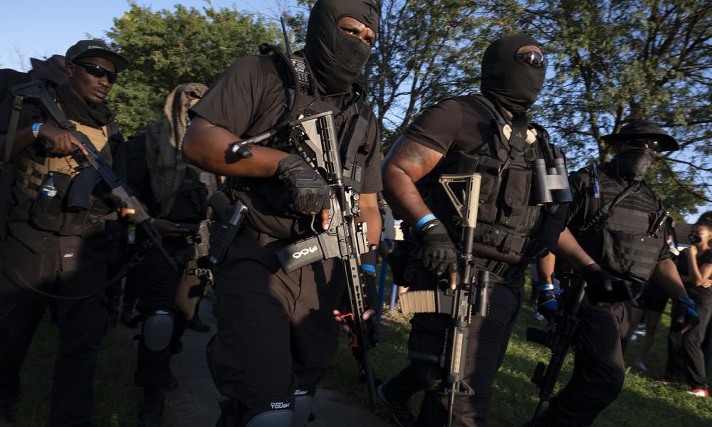 Schwer bewaffnete afroamerikanische Miliz marschiert in Louisiana auf (Videos)