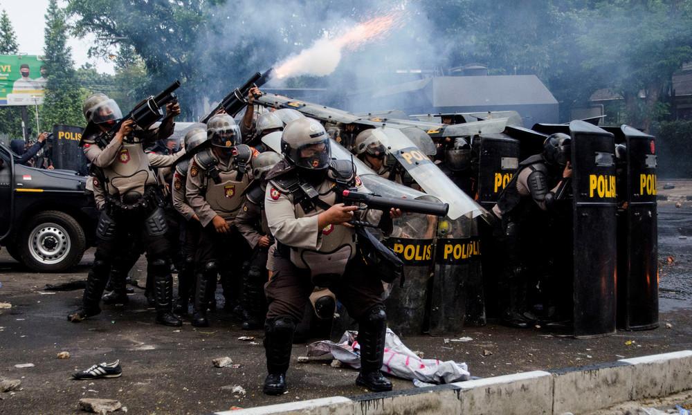 Indonesien: Arbeitsrechtsreform löst Proteste aus – Polizei setzt Tränengas gegen Demonstranten ein