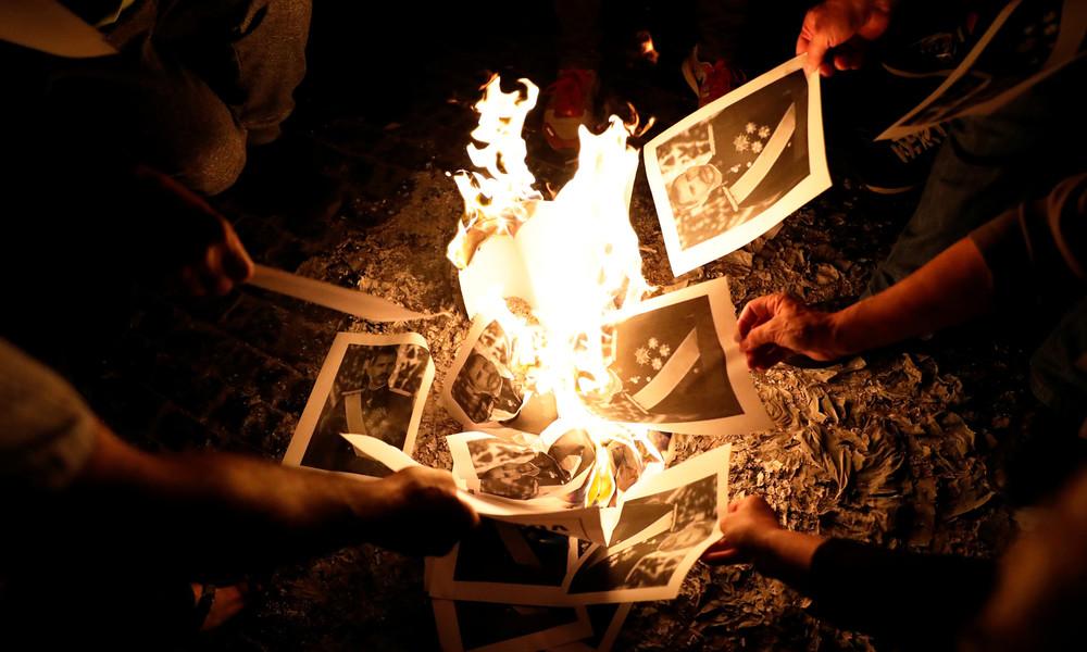 Fotos von König Felipe VI. bei Protesten in Barcelona verbrannt