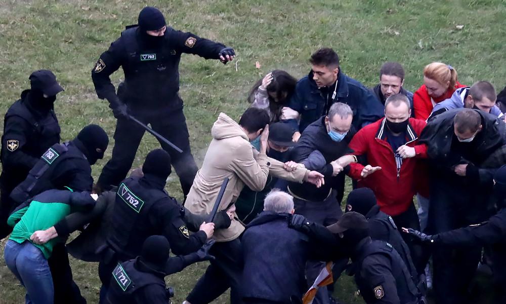Minsk: Weniger Protestler, Gewalt dauert an