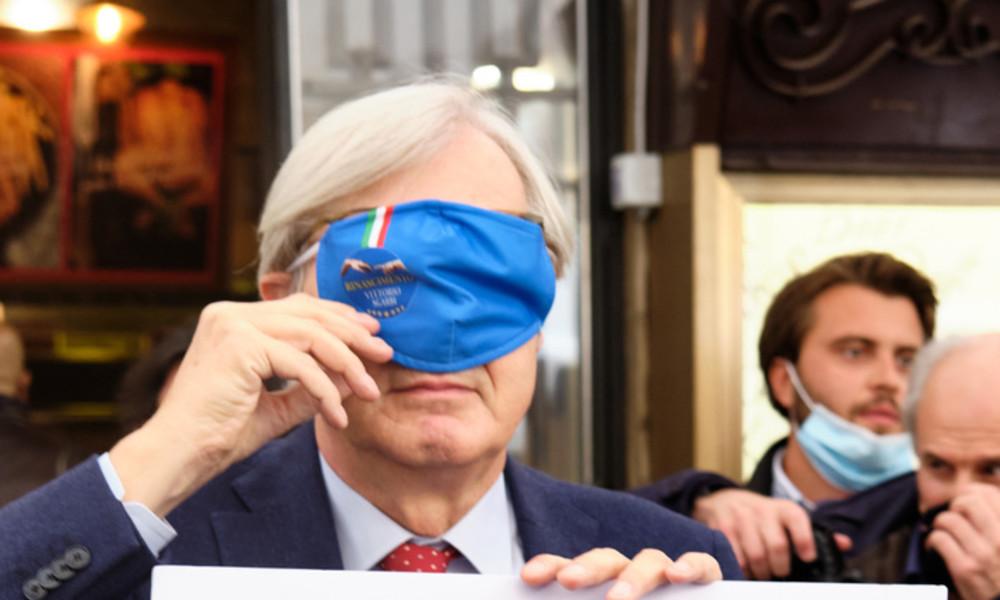 Das passiert, wenn man im italienischen Parlament keine Maske trägt