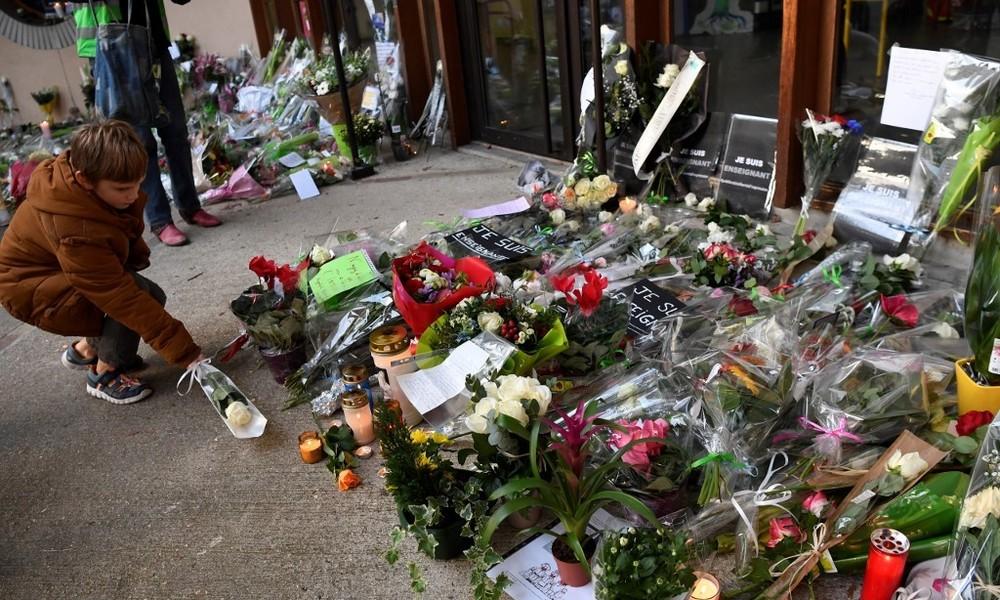 LIVE: Trauernde Bürger legen Blumen nieder, um in Frankreich ermordetem Lehrer zu gedenken