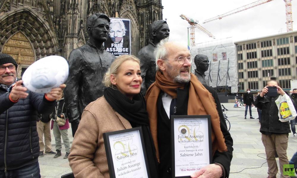 """""""Leuchtturm in der Dunkelheit"""" – Vater von Julian Assange nimmt Kölner Karlspreis in Empfang"""