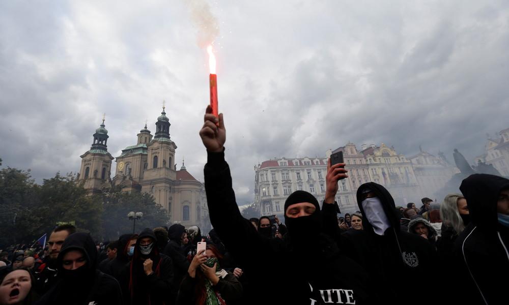 Proteste gegen Corona-Einschränkungen eskalieren in Prag – Zusammenstöße mit der Polizei (Video)