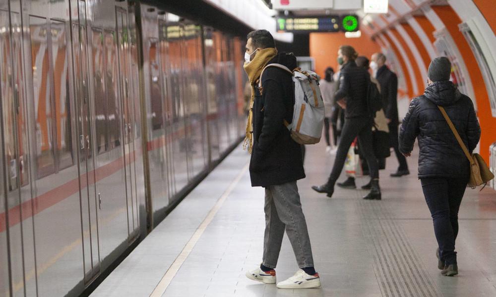"""""""Lasst ihn atmen"""": Wiener Security-Mitarbeiter fixieren dunkelhäutigen Passagier ohne Maske am Boden"""