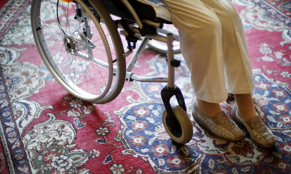 Pflege-Azubi filmt halbnackte Seniorin im WC –  1.000 Euro Geldbuße