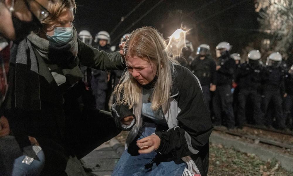 Proteste gegen Verschärfung des Abtreibungsverbots in Polen – Polizei setzt Pfefferspray ein