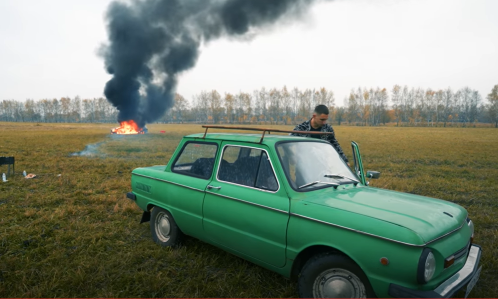 Wegen technischer Probleme: Russischer Blogger zündet Mercedes an und fährt mit Saporoschez davon