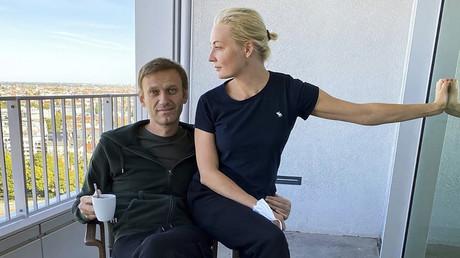 Alexei Nawalny mit seiner Frau Julia auf dem Balkon der Berliner Charité kurz vor seiner Entlassung am 22. September.