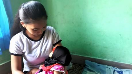 Ein indonesisches Mädchen hält auf Lombok ihr zwei Monate altes Baby im Arm. Durch Corona steigt die Zahl der Kinderehen wieder.