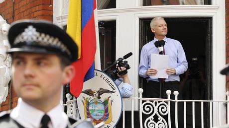 Julian Assange spricht vor der ecuadorianischen Botschaft in West-London zu den Medien.