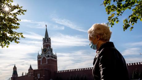 Eine Frau mit Mund- und Nasenbedeckung auf dem Roten Platz in Moskau, 02.10.2020