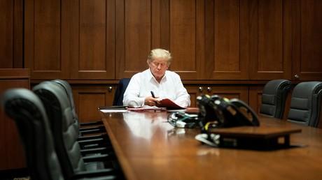 US-Präsident Donald Trump arbeitet während seiner Behandlung in einem Konferenzraum, nachdem er am 3. Oktober 2020 im Walter Reed National Military Medical Center in Bethesda, Maryland, USA, positiv getestet wurde.