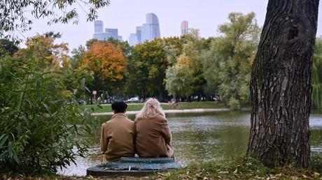 Die Einwohner der russischen Hauptstadt genießen das warme Herbstwetter im Freien