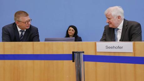 Thomas Haldenwang, Präsident des Bundesamtes für Verfassungsschutz, und Bundesinnenminister Horst Seehofer bei der Vorstellung des Lageberichts