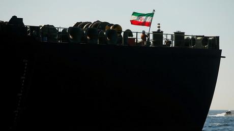 Ein Besatzungsmitglied hisst die iranische Flagge auf dem iranischen Öltanker
