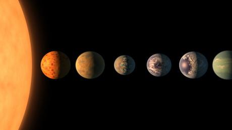 (Symbolbild) Wie lebt es sich auf anderen Planeten? Im Jahr 2017 fanden Forscher sieben Planeten außerhalb unseres Sonnensystems, die den gleichen Stern umrunden und einige Voraussetzungen für Leben erfüllen.