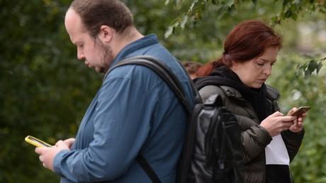 Die Mitarbeiter des Antikorruptionsfonds von Alexei Nawalny Georgi Alburow, zuständig für Investigativrecherchen, und Nawalnys Pressesprecherin Kira Jarmysch vor der Ersten Omsker Notfallklinik, wo der Politaktivist zu dem Moment behandelt wurde