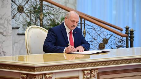 Der weißrussische Präsident Alexander Lukaschenko, hier bei der Unterzeichnung eines Dokuments bei seiner Amtseinführungszeremonie am 23. September 2020 in Minsk, soll sich am 10. Oktober mit inhaftierten Oppositionspolitikern getroffen haben.