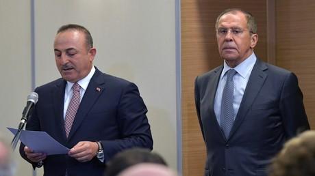 Russlands Außenminister Sergei Lawrow und sein türkischer Kollege Mevlüt Çavuşoğlu während eines diplomatischen Treffens in Moskau, Oktober 2019.