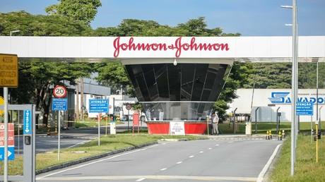Nach der Erkrankung eines Probanden setzte der Pharmakonzern Johnson & Johnson seine Impfstoff-Studie vorläufig aus.