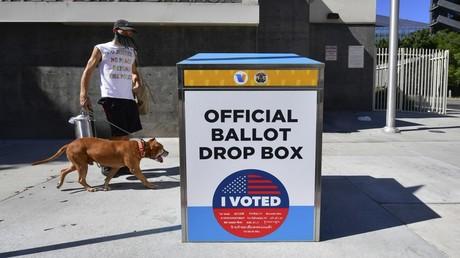 Eine der umstrittenen Wahlboxen auf einem Bürgersteig in Los Angeles, Kalifornien, USA, am 12. Oktober 2020.