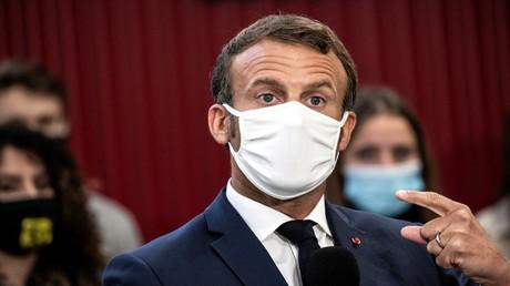 Der französische Präsident Emmanuel Macron besucht am 8. September 2020 den Aeronautik-Campus der Roger-Claustres-Hochschule am Flughafen Aulnat in der Nähe von Clermont-Ferrand – und trägt dabei eine der DIM-Masken.
