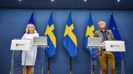Die schwedische Ministerin für Gesundheit und Soziales Lena Hallengren (l.) und der Staatsepidemiologe Anders Tegnell (r.) von der schwedischen Gesundheitsbehörde bei einer Pressekonferenz zur Corona-Krise, in der das skandinavische Land einen weniger strikten Weg als andere Staaten verfolgt