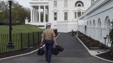 Symbolbild: Ein US-Marine trägt Koffer mit den Abschusscodes für Atomwaffen ins Weiße Haus. (Washington, 22. April 2018)