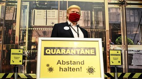 Symbolbild: Wachsfigur vom US-Präsidenten Donald Trump mit Maske und Warnschild bei Madame Tussauds, Berlin, Deutschland, 6. Oktober 2020.