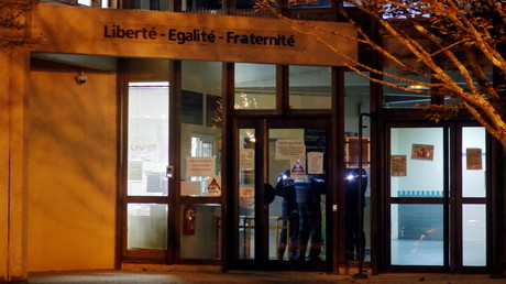 Mörderische Attacke auf Lehrer bei Paris: Medien berichten von mehreren Festnahmen