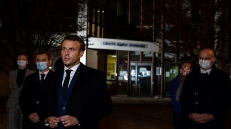 Der französische Präsident Emmanuel Macron spricht am 16. Oktober 2020 nordwestlich von Paris nach dem tödlichen Angriff auf den Lehrer an der Seite von Innenminister Gérald Darmanin zur Presse.