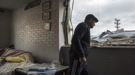 Aserbaidschan und Türkei werfen Armenien Kriegsverbrechen im Bergkarabach-Konflikt vor. Auf dem Bild: Bewohner eines zerstörten Hauses in Stepanakert, 11. Oktober 2020