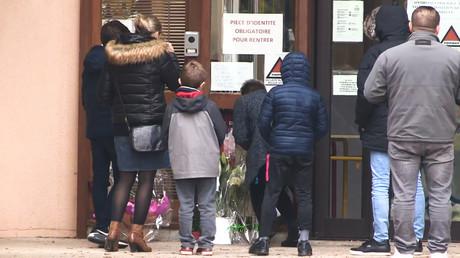 Familien erweisen dem ermordeten Lehrer am 17. Oktober 2020 am Tatort ihren Respekt.