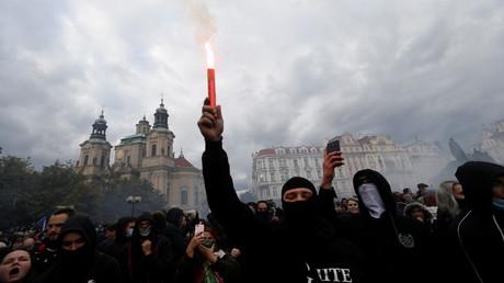 Prag: Proteste gegen Corona-Einschränkungen eskalieren. Es kommt zu Zusammenstößen mit der Polizei.