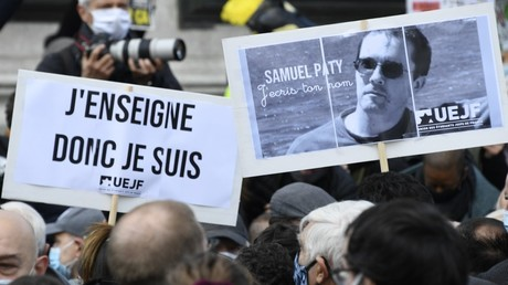 Teilnehmer am Gedenkmarsch für den ermordeten Lehrer Samuel Paty, Paris am 18. Oktober 2020.