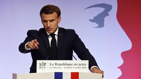 Der französische Präsident Emmanuel Macron hält am 2. Oktober 2020 in Les Mureaux vor den Toren von Paris eine Rede, in der er seine Strategie zur Bekämpfung des Separatismus vorstellt.