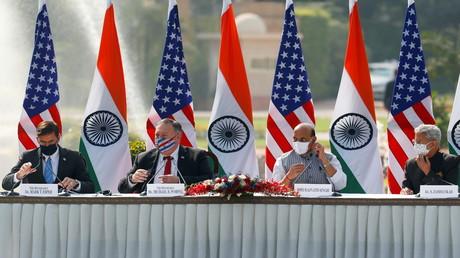 US-Verteidigungsminister Mark Esper, US-Außenminister Mike Pompeo, Indiens Verteidigungsminister Rajnath Singh und Indiens Außenminister Subrahmanyam Jaishankar (v.l.n.r) bei einer gemeinsamen Pressekonferenz nach ihrem Treffen in Neu-Delhi am 27. Oktober 2020.