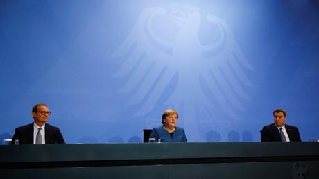 Bundeskanzlerin Angela Merkel (M.) zusammen mit Markus Söder (r.) und dem Regierenden Bürgermeister von Berlin Michael Müller (l.) auf der Pressekonferenz zur Verkündung der Ergebnisse aus der Ministerpräsidentenkonferenz