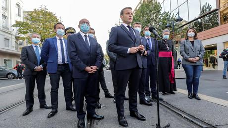 Der französische Präsident Emmanuel Macron (C) spricht vor der Basilika Notre-Dame de l'Assomption in Nizza vor der Presse. 29. Oktober 2020