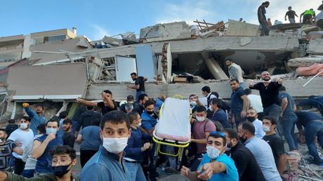 Einheimische und Beamte suchen in einem eingestürzten Gebäude in Izmir nach Überlebenden. 30. Oktober 2020