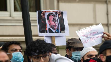 Vor französischen Botschaften kam es weltweit – wie hier in London – zu Protesten gegen Macrons