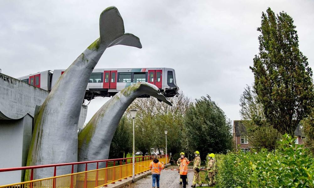 Die Kraft der Kunst: Wal-Skulptur rettet entgleiste U-Bahn vor Absturz in den Niederlanden