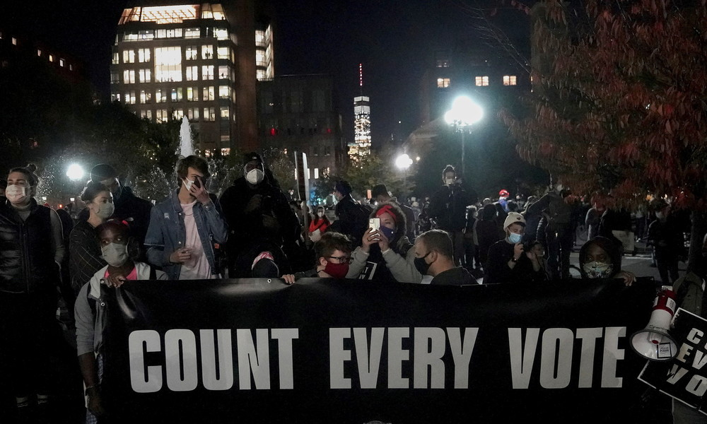 Nach 'Count Every Vote'-Marsch in New York: Demonstranten legen Brände, Zusammenstöße mit Polizei