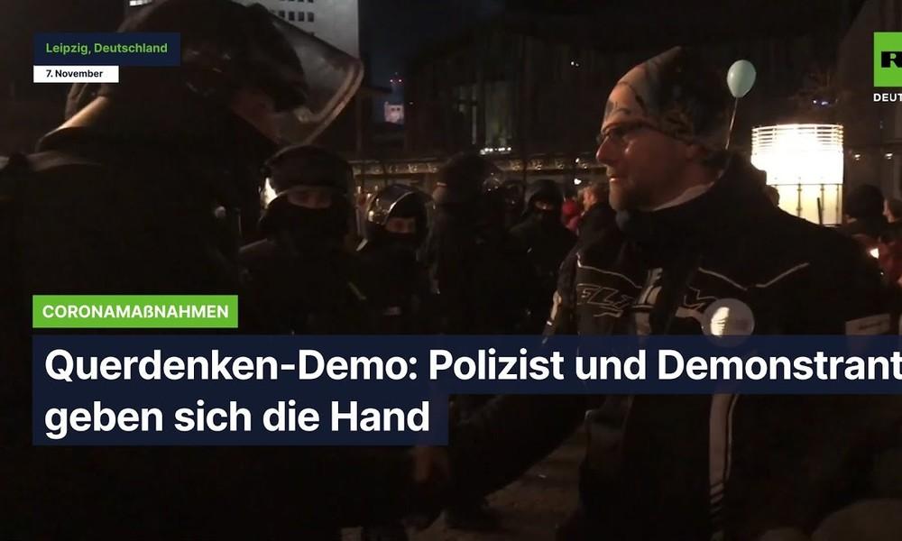 Querdenken-Demo: Polizist und Demonstrant geben sich die Hand